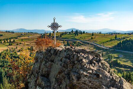 Huge white cross in Tihuta Pass, Romanian Eastern Carpathian Mountains 版權商用圖片