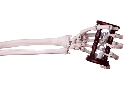 esqueleto humano: reloj de arena en la mano del esqueleto