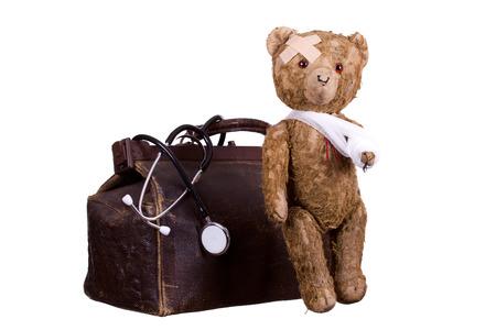 alten kranken Teddybär auf Koffer