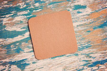 empty blank cardboard beermat on wood mockup Stockfoto