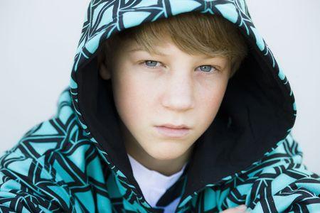 sudadera: Tween Boy en la Stampa Hooded mirando directamente a la c�mara