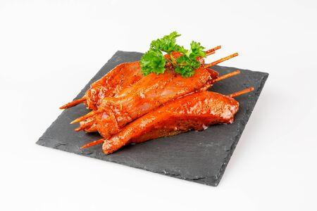 白い背景の上のスレートのグリルのトルコ フィレ肉の串焼き