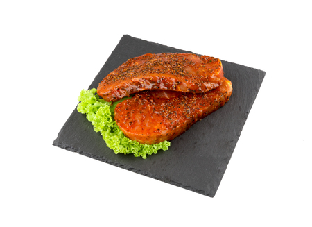 白い背景のペッパー ポークのステーキ