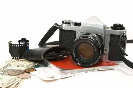 foto carnet: A disposici�n de los elementos que muestran antiguo avezado viajero, utilizando una c�mara mec�nica fiable, podr�a ser un reportero gr�fico en un proyecto, un poco de dinero, pasaportes, tarjetas de embarque, las llaves de valija diplom�tica, el cine cartucho