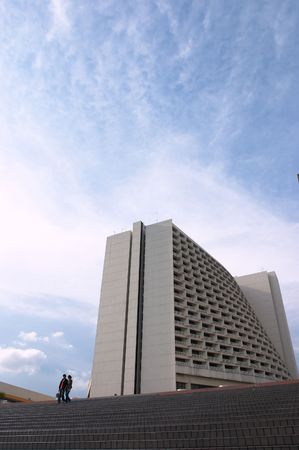 skyscape: Hotel, edificio comercial en la ciudad wth skyscape y medidas, con la gente