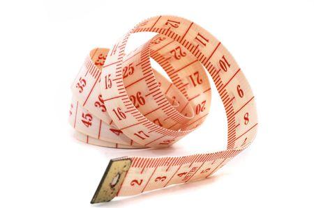 De uitrol van een meetband geïsoleerd op een witte achtergrond, op zijn kant te ontrafelen