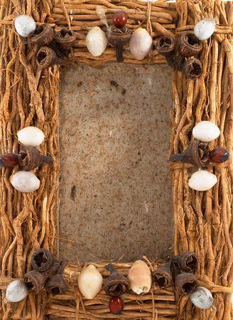 wedding photo frame: Fotografia cornice vuota, chiara cornice, di legno, su fondo bianco, ritratto di orientamento. Cornice naturale.  Archivio Fotografico