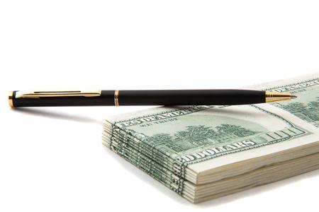 involving: Penna sulla cima di una pila di denaro contante, indicare accordo, offerte speciali, le imprese che coinvolgono i contanti e finanze