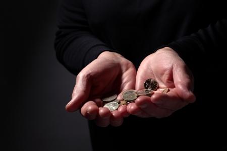 A kezében egy idős nő egy kolduló helyzetben tartja néhány érme Stock fotó