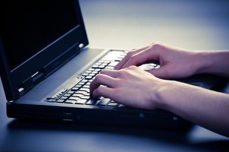 Nő kezét gépelni egy laptoppal Stock fotó