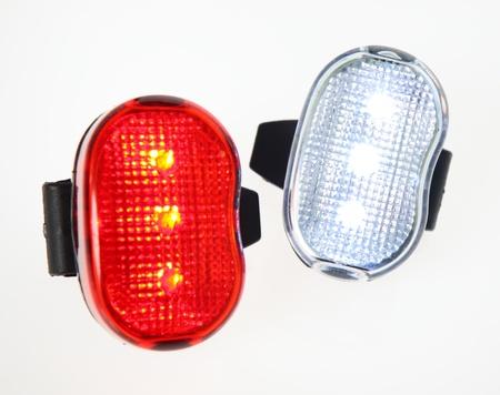 Két kerékpár világítás a sima háttér.