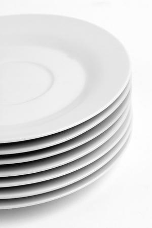 Een stapel keuken gerechten, dessert borden op effen achtergrond. Stockfoto