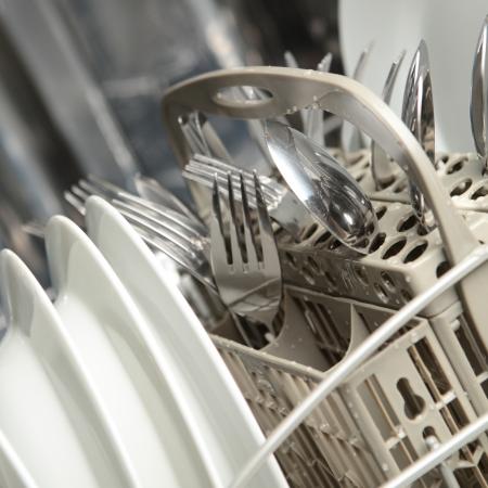 A teljes mosogatógép tiszta edényeket. Stock fotó