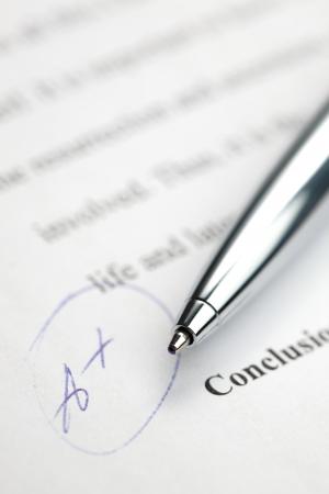 Een stijlvolle pen tot meer dan een papieren ingedeeld met de hoogst mogelijke graad - A +. Stockfoto