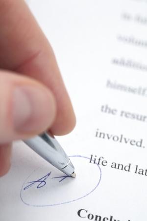 grading: La mano de una profesora clasificaci�n de un documento con el m�ximo grado - A +. Foto de archivo