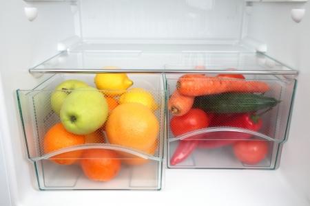 Groenten en fruit in twee containers in een moderne koelkast - een gezonde voeding concept Stockfoto
