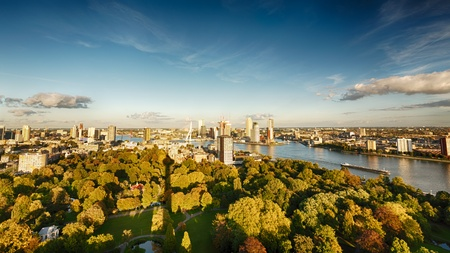 A kilátás a város Rotterdam a Euromast torony, amely bemutatja a központi és üzleti negyedében, a város, a Euromast park, valamint a Maas folyó Meuse