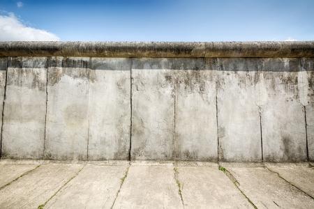Bernauer Strasse に沿って保持されるベルリンの壁の遺跡 写真素材