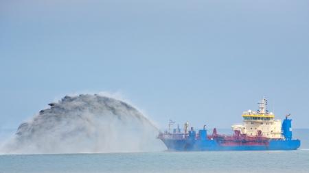 A kék kotrás hajó dolgozik az Északi-tengeren. Stock fotó