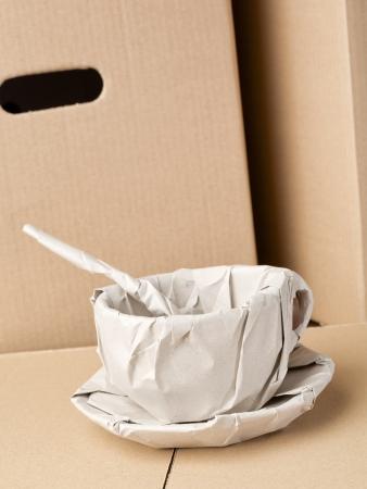 壊れやすいコーヒー カップは茶色の段ボール箱で撮影包装紙に包んだ。 写真素材
