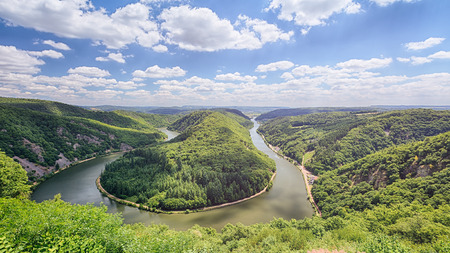 Zomer uitzicht op de Saarschleife - een beroemde bocht in de rivier de Saar in de buurt van de stad Duitsland van Mettlach. Stockfoto - 31119198