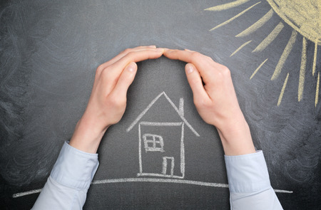 De handen van een jonge zakenvrouw of huiseigenaar te beschermen in een huis uit hete zon. Stockfoto - 35612653