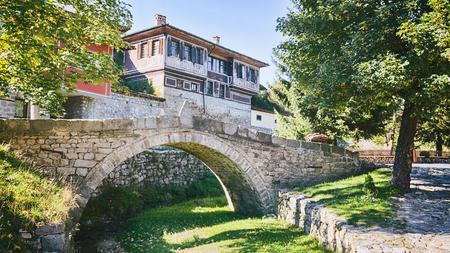 Historische brug in de stad Koprivshtitsa, Bulgarije, waar het in april opstand begon in 1876. Stockfoto - 46357541