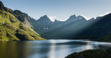 Sunny summer evening by lake Agvatnet on the Lofoten islands, Norway. Stockfoto