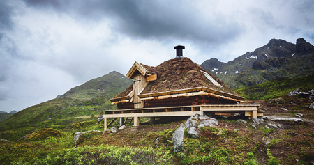 A free for the public emergency shelter hut along a hiking trail on the Lofoten Islands, Norway. Stockfoto