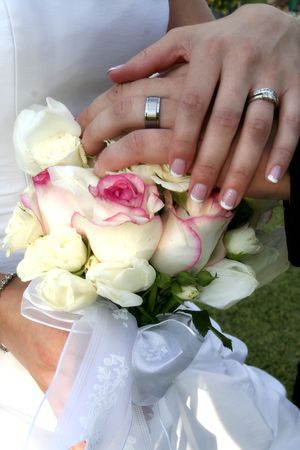 bride and groom show off their rings Standard-Bild