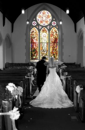 bride and groom leave church Standard-Bild