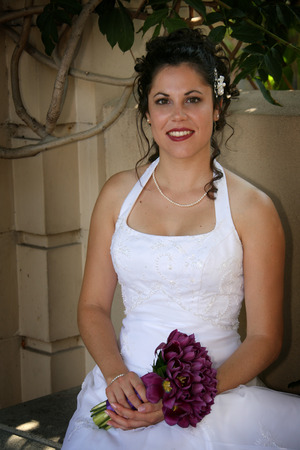 bride sits while holding her bouquet Standard-Bild