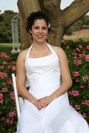 bride sits in a flower garden Standard-Bild