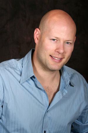 een head shot van een jonge kale man