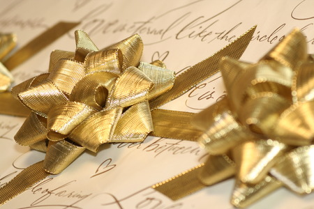 a wedding gift with gold bows Standard-Bild