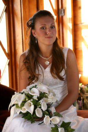 bride sits for a photo Standard-Bild