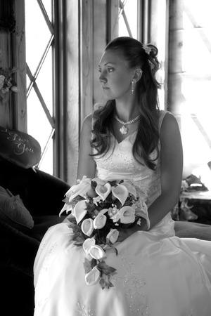 curare teneramente: Sposa guarda finestra