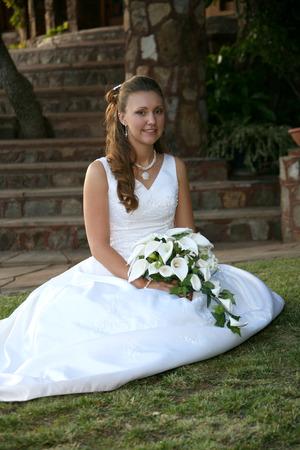 bride sits on the grass Standard-Bild