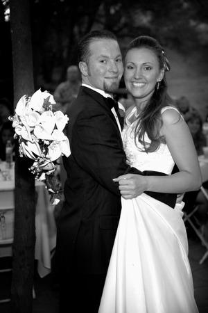 curare teneramente: novelli sposi hanno il loro primo ballo
