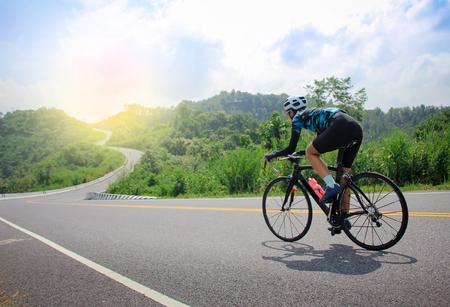 Frauen Radfahren Mountain Road Bike am Morgen Standard-Bild