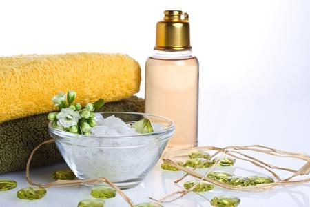 gel douche: Objet de sel, serviette, gel douche, de fleurs et d�coration