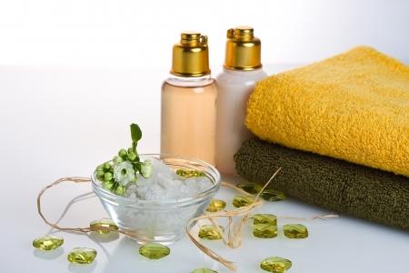 gel douche: Sel, serviette, gel douche, de fleurs et d�coration objet