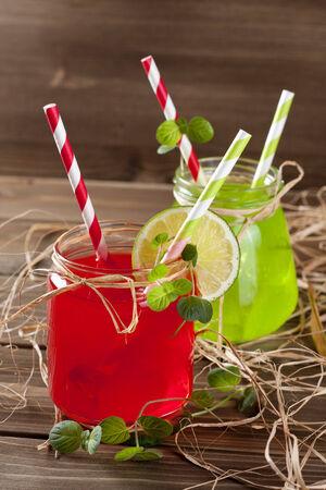 bebidas frias: Las bebidas fr�as en Mason frasco sobre un fondo de madera Foto de archivo