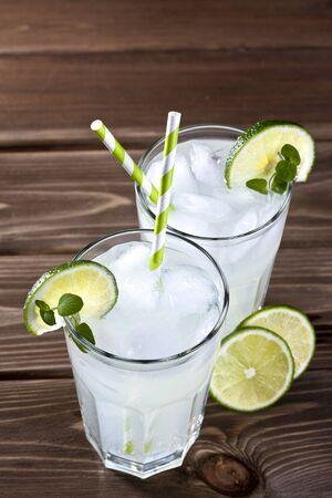 bebidas frias: Las bebidas fr�as en un fondo de madera