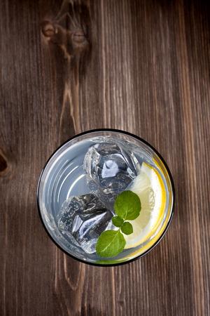cocteles: Bebida fr�a en un fondo de madera Foto de archivo