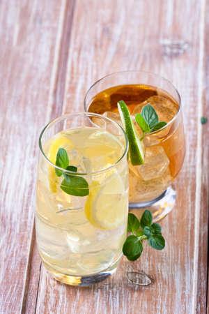 bebidas frias: Dos bebidas fr�as con las frutas y el fondo de madera menta o Foto de archivo