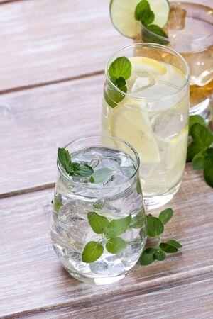 bebidas frias: Las bebidas fr�as con frutas y menta en el fondo de madera