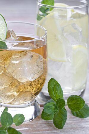 bebidas frias: Las bebidas fr�as con las frutas y el fondo de madera menta o Foto de archivo