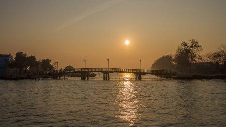 BURANO, ITALY - 07 DECEMBER, 2018: Sunset on the island of Burano on the edge of the Venetian lagoon. Venice, Italy. 에디토리얼