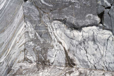 Natural marble stone texture in an old quarry. Imagens
